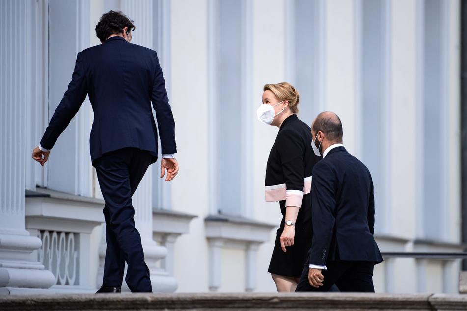Franziska Giffey (43, SPD), Bundesfamilienministerin, bei der Ankunft am Schloss Bellevue an, wo ihr Frank-Walter Steinmeier (65) die Entlassungsurkunde übergab.