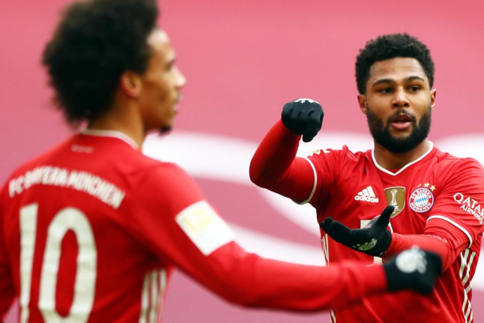 Der FC Bayern München muss in der Champions League gegen Paris Saint-Germain möglicherweise auf Serge Gnabry (25, r.) verzichten.