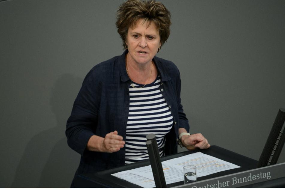 Sabine Zimmermann (59, Die Linke), spricht bei der 38. Sitzung des Bundestages im Reichstagsgebäude. (Archivbild)