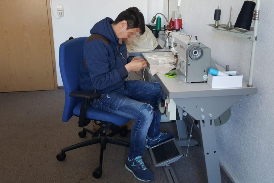 Abdul aus Afghanistan arbeitet in der Nähwerkstatt des Berufsförderung Networks Chemnitz für Obdachlose und Tafel-Kunden.