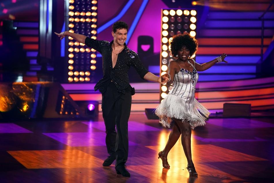 """Auma Obama (60) ist Teilnehmerin der aktuellen """"Let's Dance""""-Staffel. Dort tanzt sie mit Profitänzer Andrzej Cibis (33)."""