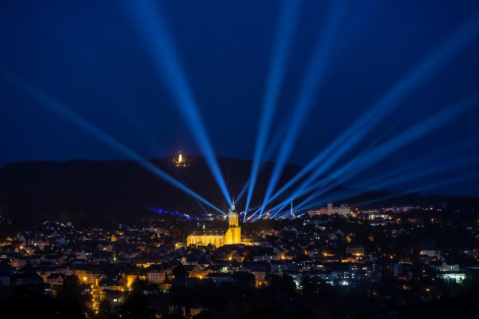 Mit einer allabendlichen Lichtshow erinnert die Stadt Annaberg-Buchholz an die ausgefallene Jubiläums-Kät.