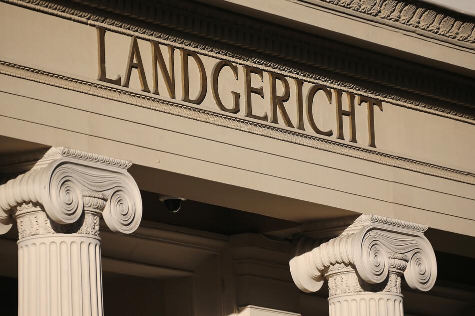Ein Rentner steht in Bonn vor Gericht, weil er seine Ehefrau zu Tode geschlagen haben soll.