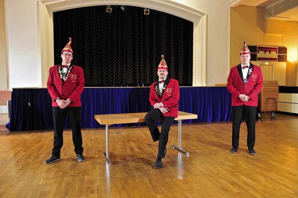 Markus Becker (26, v. l.), Thomas Wyrzykowski (37) und Christoph Laubner (23) vom Faschingsclub an der Chemnitz konnten den Festsaal im Haus des Gastes nicht für die neue Session schmücken.