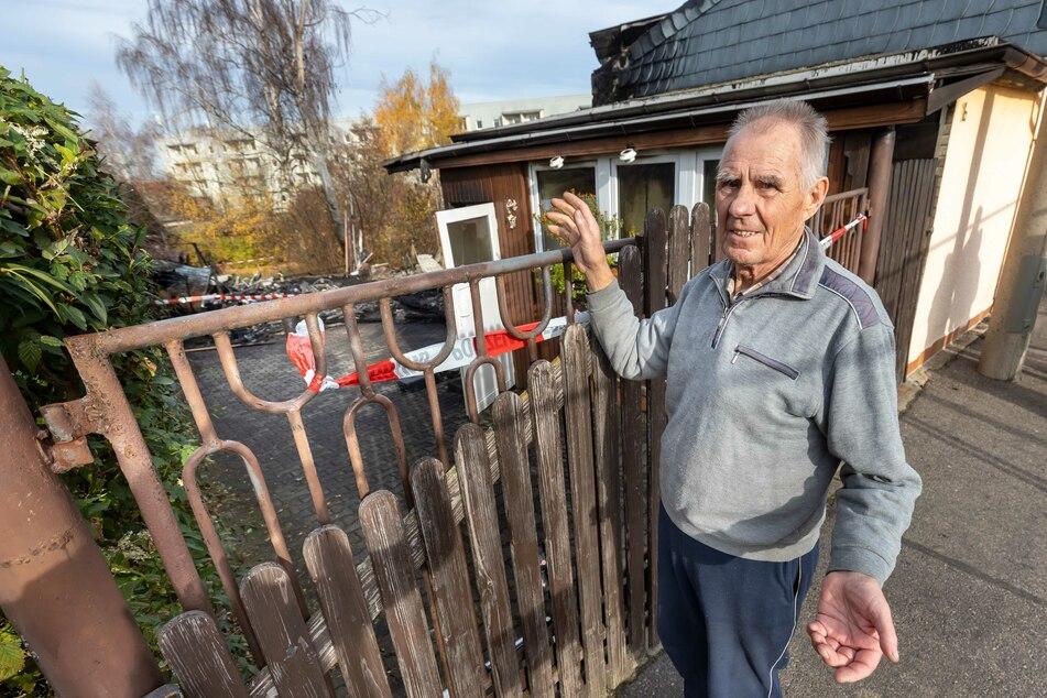 Heinz Wemme (85) vor seinem abgebrannten Haus. Doch den Lebensmut verliert der Rentner nicht.