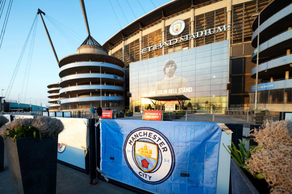 Vor dem Etihad Stadium von Manchester City wurden Banner im Zeichen des Protests gegen die geplante Super League angebracht.