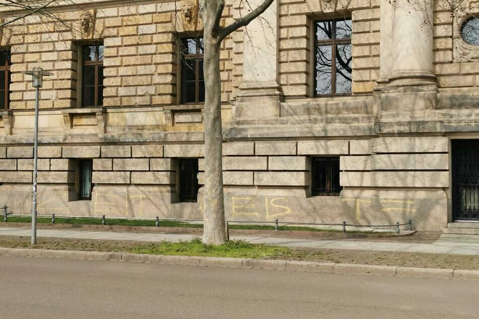 """Unbekannte haben den Schriftzug """"Zeitgeist = Chaos"""" an der Fassade des Bundesverwaltungsgerichts hinterlassen."""