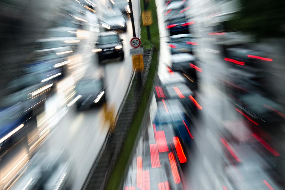 Der Verkehr staut sich auf dem Mittleren Ring B2R auf Höhe des Isarrings in München. (Archiv)