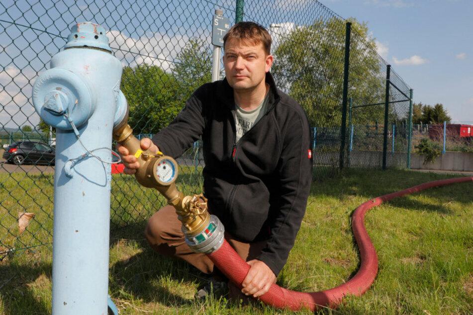 Ein 800 Meter langer Mega-Schlauch der Feuerwehr Chemnitz rettete den Kühen von Jens Müller (46) das Leben.