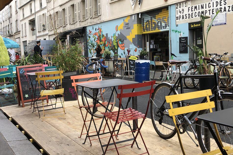 Eine Restaurant-Terrasse in der Rue Bichat im 10. Pariser Arrondissement.