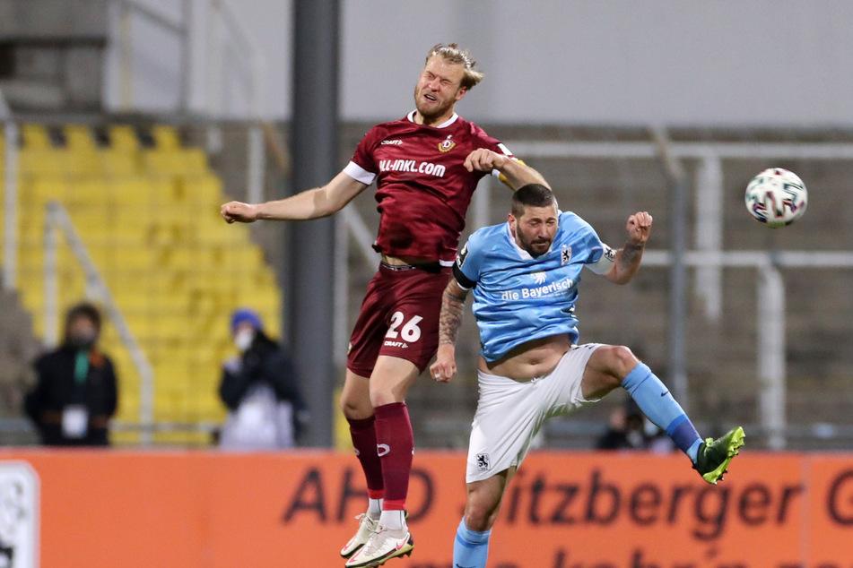 Beileibe keine Sportlerfigur mehr, aber schwer zu bespielen: Löwen-Stürmer Sascha Mölders (r.). Das bekam auch Sebastian Mai zu spüren.