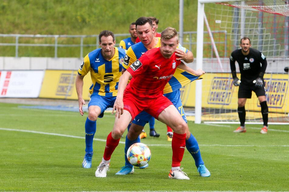 FSV-Stürmer Elias Huth im Zweikampf mit Kijewski (Braunschweig).