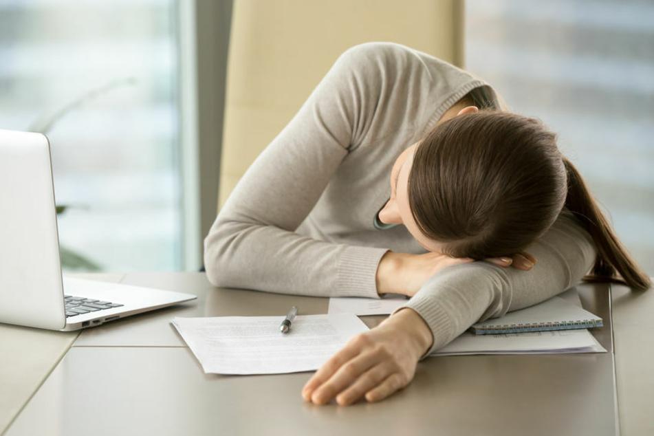 Bei Narkolepsie können Betroffene in alltäglichen Situationen einfach einschlafen.