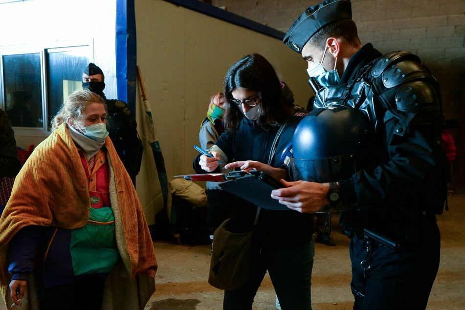 Polizisten notieren die Personalien von Jugendlichen nach dem Abbruch einer Party in einem in der Nähe gelegenen Hangar etwa 40 km südlich von Rennes.
