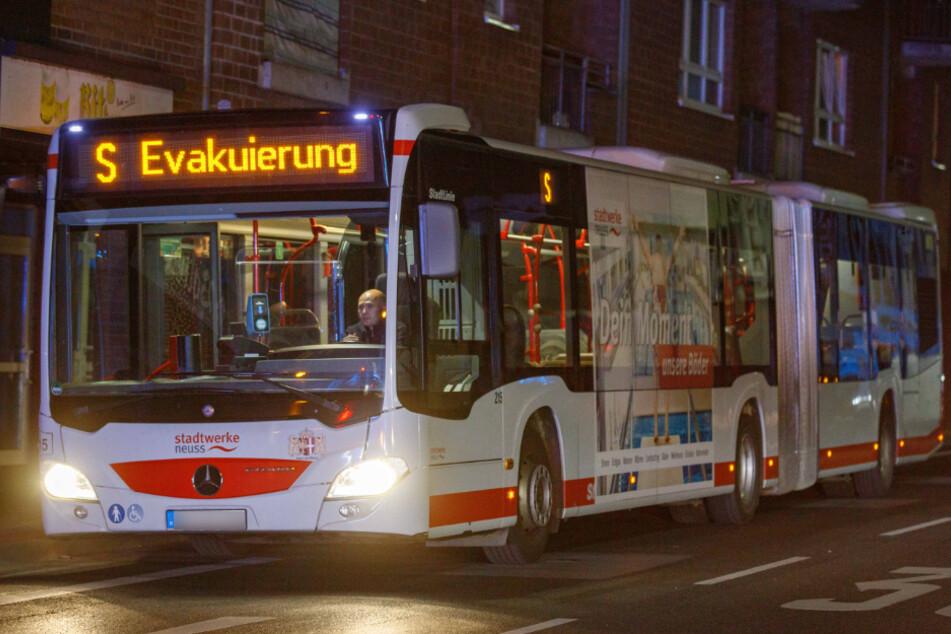 Die geretteten Hausbewohner wurden vorübergehend in einem Bus der Stadtwerke durch die Stadt untergebracht.