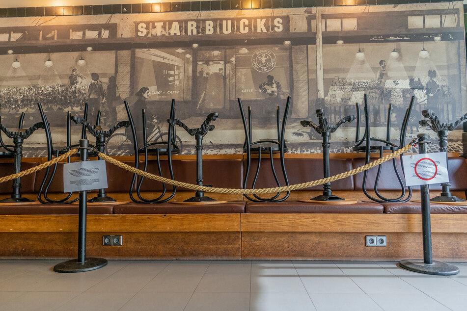 Die Stühle in einer Filiale von Starbucks sind gestapelt, lediglich der Straßenverkauf geht weiter. Die weltgrößte Café-Kette Starbucks ist wegen hoher Belastungen durch die Corona-Pandemie in die roten Zahlen geraten.