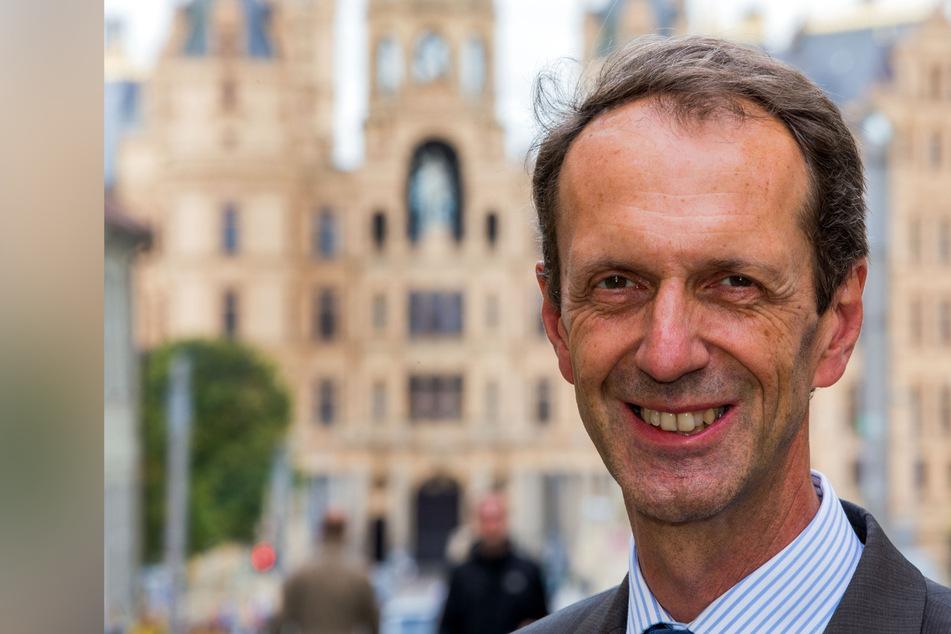 Der Bürgerbeauftragte des Landes Mecklenburg-Vorpommern, Matthias Crone, steht vor dem Schloss in Schwerin.