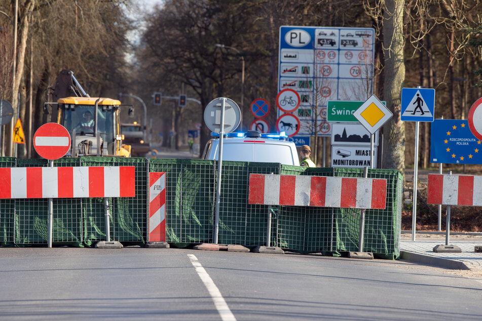 Polnische Beamte stehen hinter der Absperrungen am Grenzübergang Ahlbeck - Swinemünde.