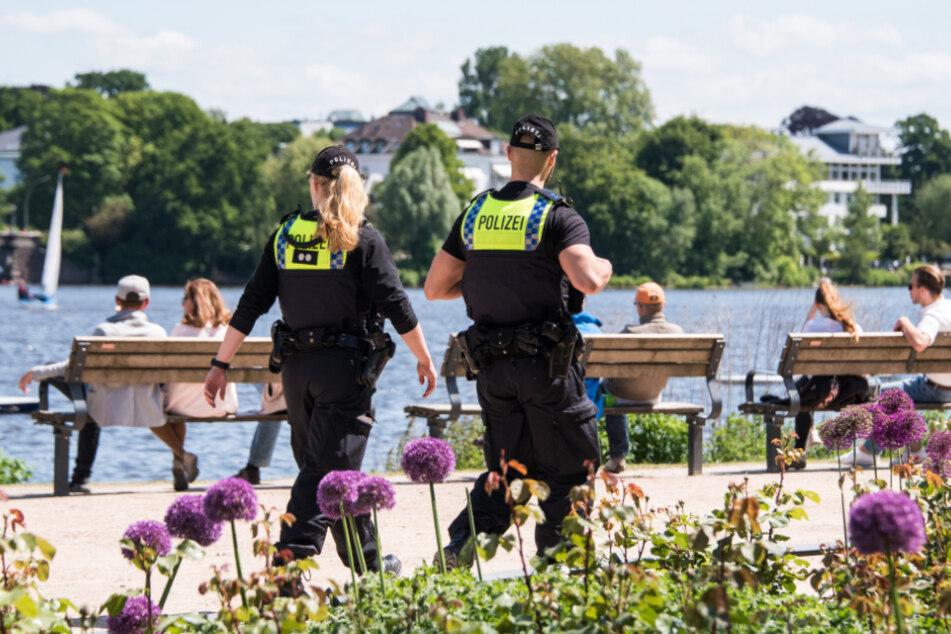 Eine Polizeistreife patrouilliert an der Außenalster. (Archivbild)