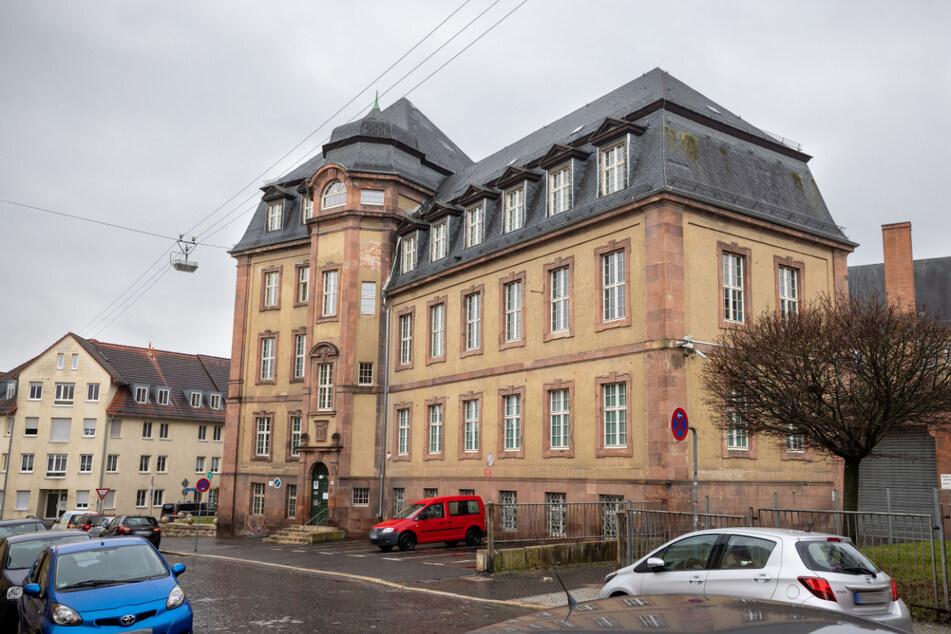 """Blick auf das Amtsgericht Weimar. Das Gericht hatte angeordnet, dass an zwei Schulen in Thüringen die Maskenpflicht nicht angeordnet werden darf. Das Bildungsministerium sieht in dem Urteil jedoch """"gravierende verfahrensrechtliche Zweifel""""."""