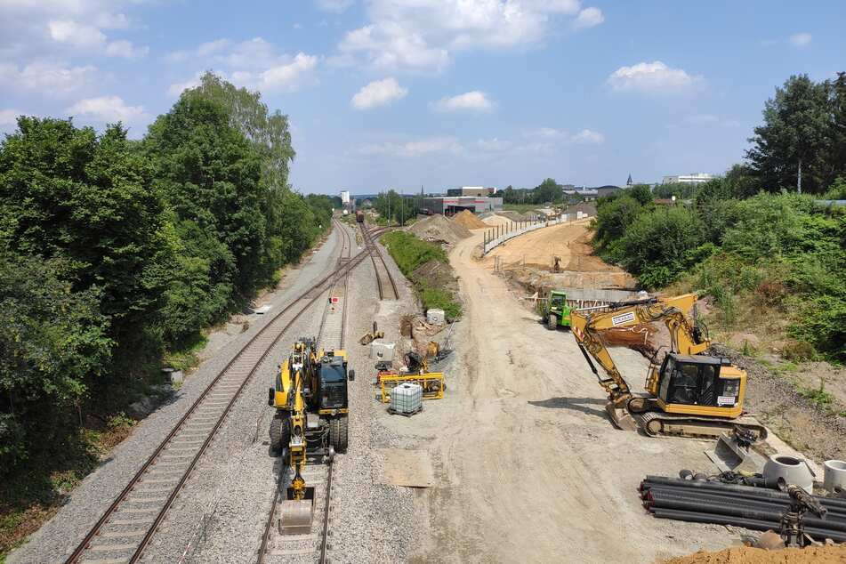 Hier soll die Citybahn vom Technopark (rechts oben) auf die Bahnstrecke Chemnitz-Aue geleitet werden. Die Gleise werden in den kommenden Monaten verlegt.