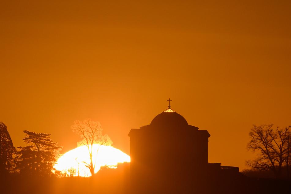 Stuttgart: Die Sonne geht über der Grabkapelle auf dem Württemberg auf.