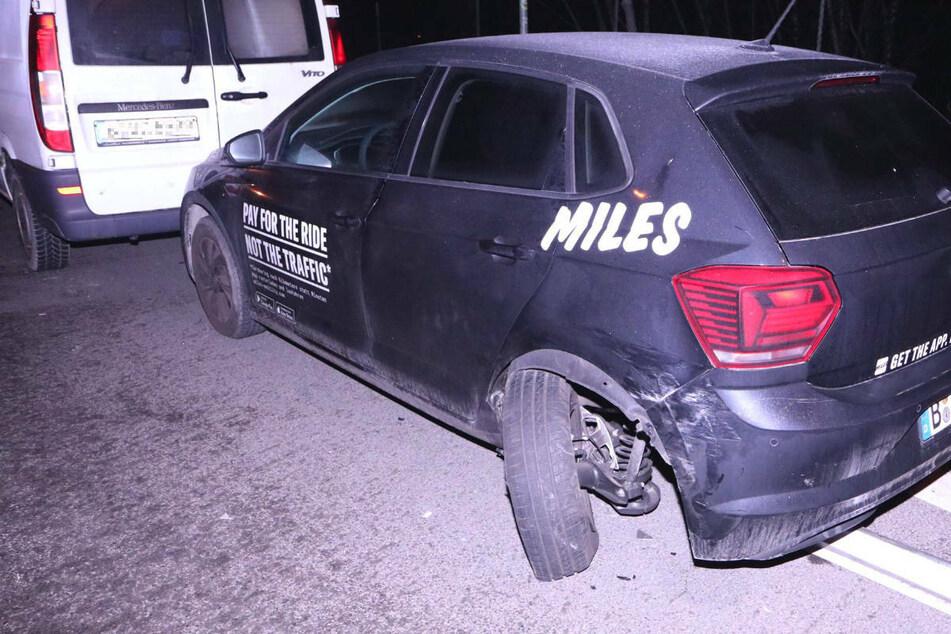 Diesen VW-Mietwagen hat der Suff-Fahrer bei seinem Crash stark beschädigt. Auch der davor geparkte Mercedes-Kleintransporter soll in Mitleidenschaft gezogen worden sein.