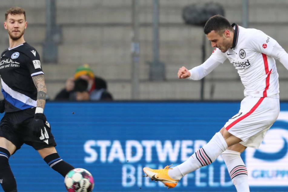 Der stark spielende Filip Kostic nahm sich ein Herz und zog aus großer Distanz zum 2:0 ab.