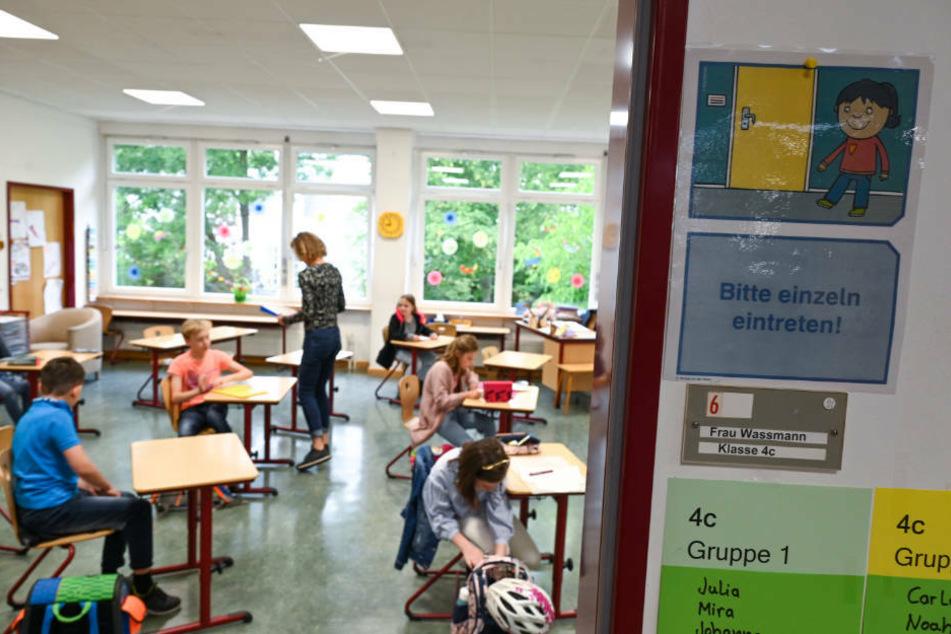 Die neuen Hygiene-Regeln sehen vor, dass ein Klassenraum mindestens alle 45 Minuten gelüftet werden muss.