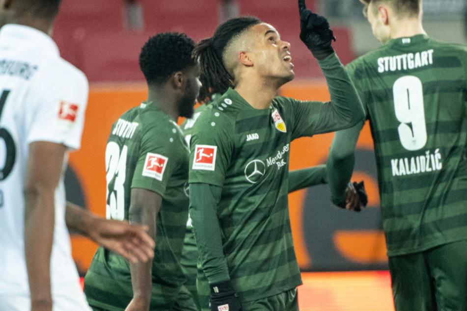 VfB-Star Daniel Didavi (30, Mitte) jubelt nach seinem Tor gegen den FC Augsburg.