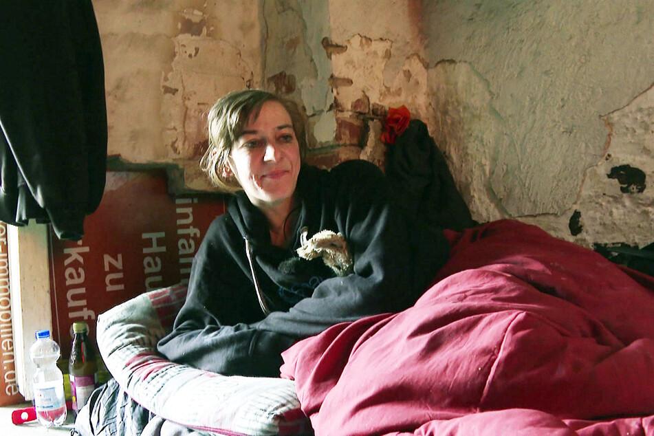 Linda (28) wurde eines Morgens von Mitbewohner Benny in einer großen Blutlache gefunden.