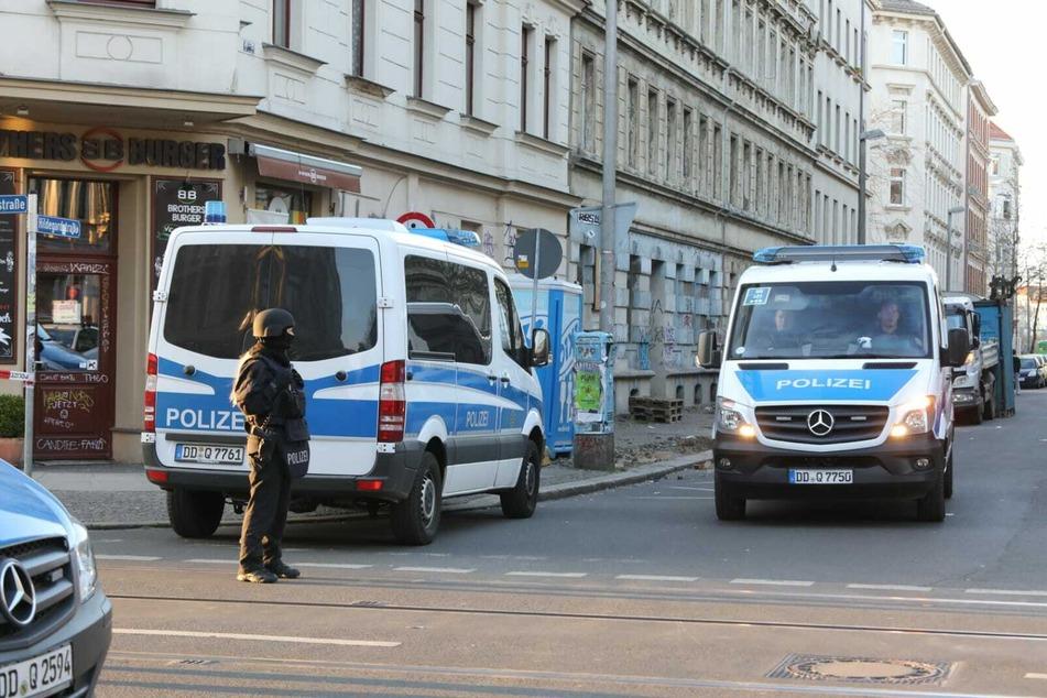 Kriminal- und Bereitschaftspolizei waren sicherten die Umgebung des vermeintlichen Tatorts.