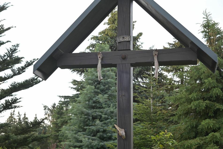 Frevel: Die Jesus-Diebe rissen am Kreuz die Hände ab.