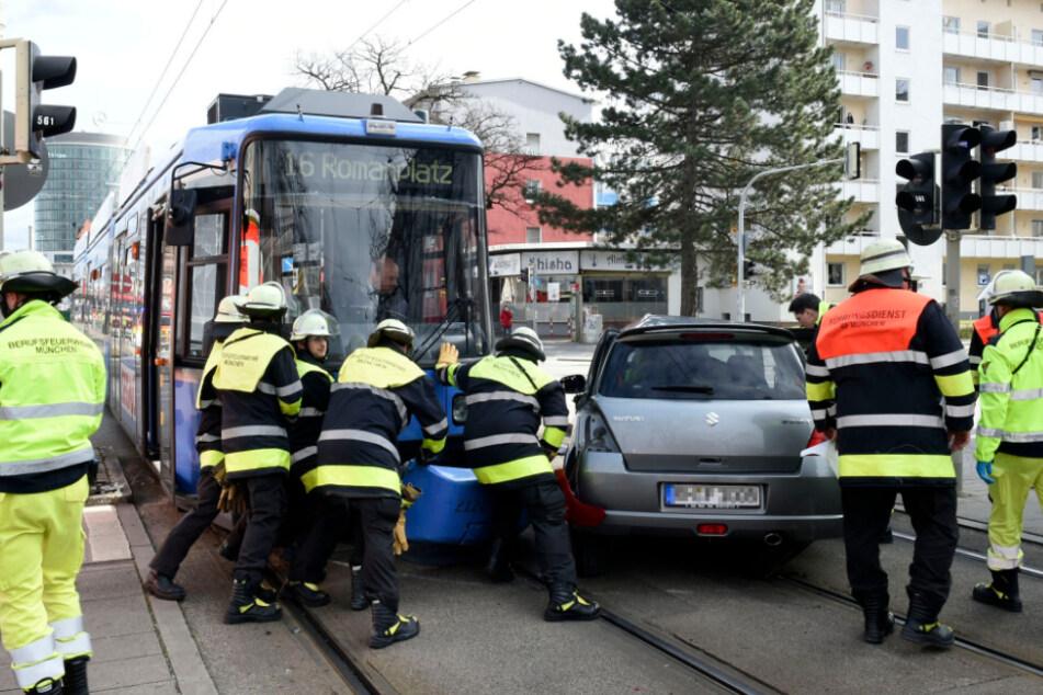 München: Tram rammt Suzuki in Neuhausen: Münchner Feuerwehr befreit verletzte Frau