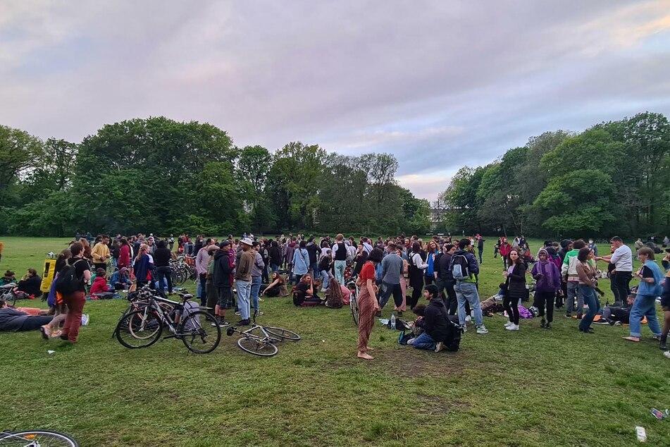 Im Treptower Park haben sich am Samstagabend rund 300 Menschen versammelt.