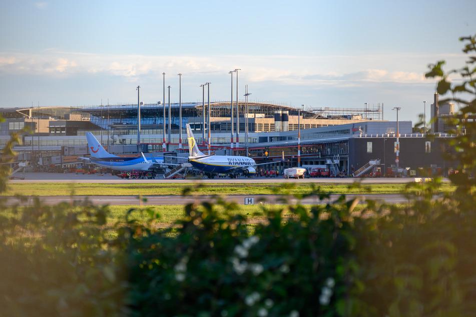 Zwei Flugzeuge stehen vor einem Terminal des Hamburger Flughafens. (Symbolfoto)