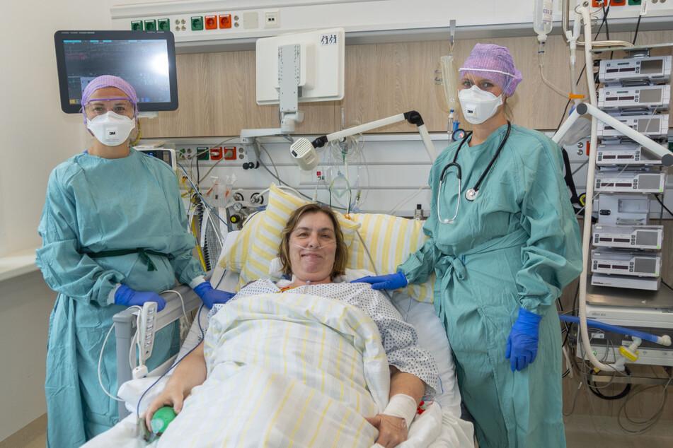 Die Intensivschwester Marie Kucianova (links) und Dr. Laura Heim, Ärztin in Weiterbildung (rechts), gehörten zum Team der Intensivstation, die 20 Tage COVID-19-Patientin Jenny Fischer versorgt haben.