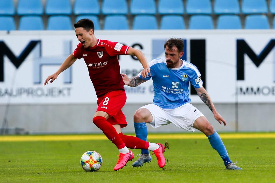 Pascal Itter (im Duell mit Maurice Litka) rettet den CFC und legte zum 1:0 vor. Den Ball köpfte dann der Münsteraner Scherder ins eigene Tor.