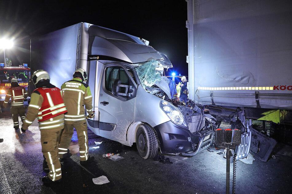 Das Führerhäuschen des Kleintransporters wurde bei dem Unfall nahezu völlig zerquetscht.