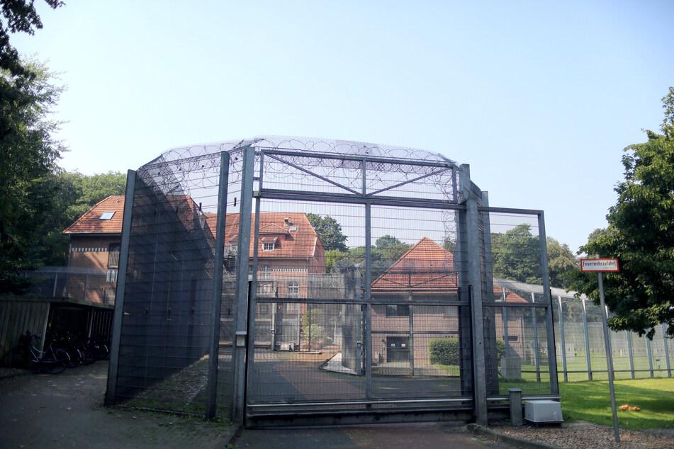 Ein Zaun mit Stacheldraht steht vor der forensischen Abteilungen der LVR-Klinik.