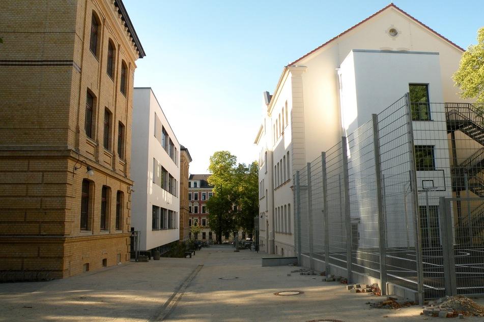Status quo: Ohne den Weißeplatz direkt nebenan hätten die Schüler der nunmehr sanierten Oberschule weiterhin nur diese enge Betonschlucht als Pausenort zur Verfügung.