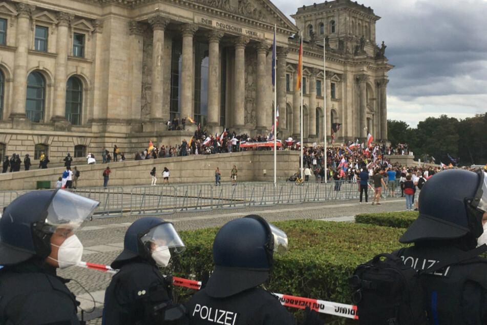 Teilnehmer einer Kundgebung gegen die Corona-Maßnahmen stehen am Samstag vor dem Reichstag.