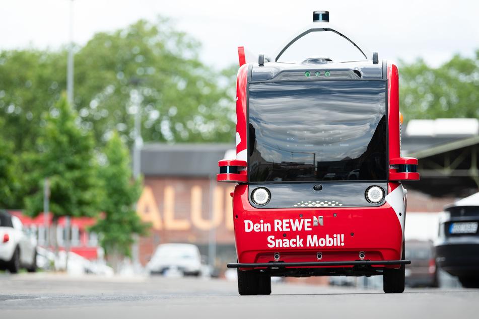 """Seit Mittwoch testen Rewe und Vodafone in Köln das """"Snack Mobil"""" - den europaweit ersten autonom fahrenden Kiosk ohne Fahrer und Verkäufer."""