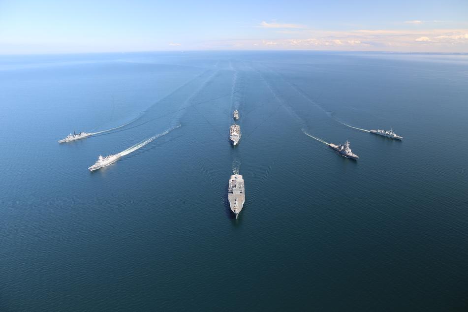Die norwegische Fregatte führt den Verband als Flaggschiff an.