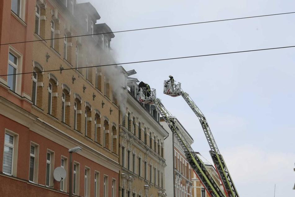 Der Einsatz war auch am Dienstagabend noch nicht beendet. Wie es zu dem Feuer kam, ist weiterhin unklar.