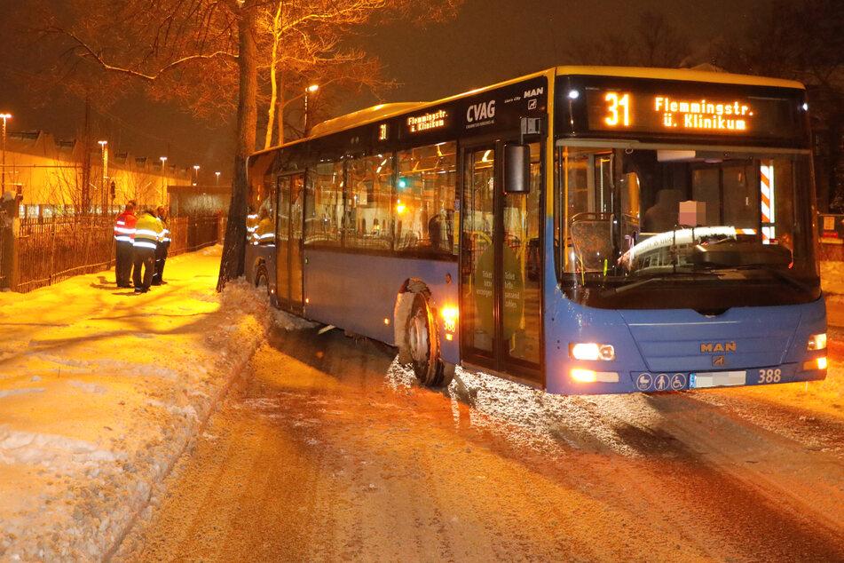Extreme Glätte in Chemnitz: CVAG-Bus knallt gegen Baum