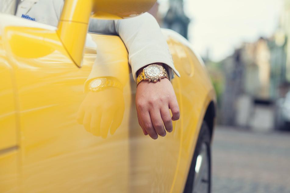 In Langenfeld hat ein Fußgänger einem Cabrio-Fahrer (61) eine hochpreisige Luxusuhr vom Handgelenk gerissen. (Symbolbild)