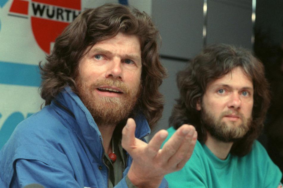Reinhold Messner (l) im Jahr 1990. Daneben ist Polarforscher Arved Fuchs zu sehen.