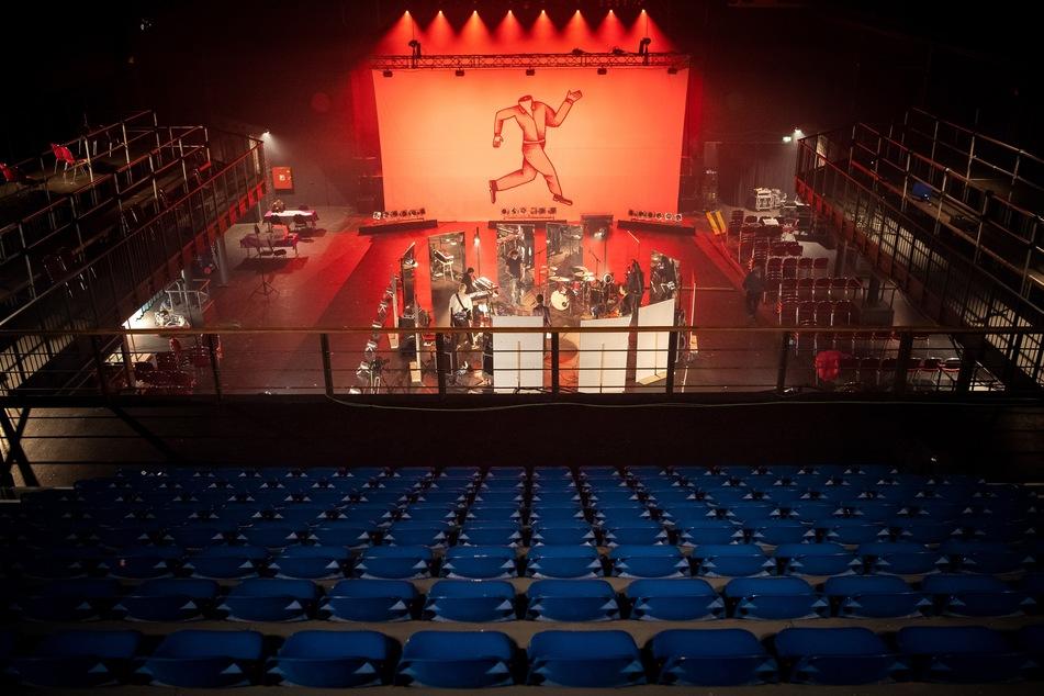 Die Berliner Band Milliarden probt im Veranstaltungszentrum Pier2 für den Auftritt ohne Zuschauer.