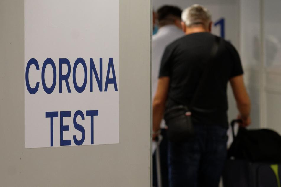 Reiserückkehrer gehen zum Corona-Testzentrum im Flughafen Düsseldorf. (Archivbild)